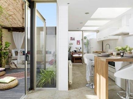 Rustieke interieur met patio in barcelona inrichting - Cocinas con salida al patio ...