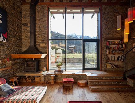 Rustieke woonkamer van een gerenoveerde woonboerderij
