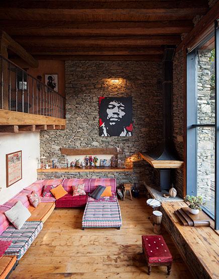 Rustieke woonkamer van een gerenoveerde woonboerderij inrichting - Mezzanine woonkamer ...