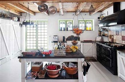 Rustieke woonkeuken met gietvloer