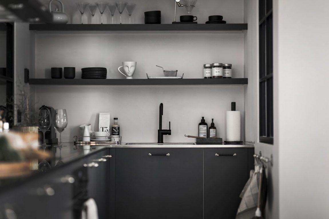 Scandinavische slaapkamer met zwarte muren