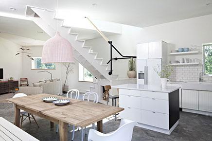 Scandinavische woonkamer met ongebruikelijke hoeken
