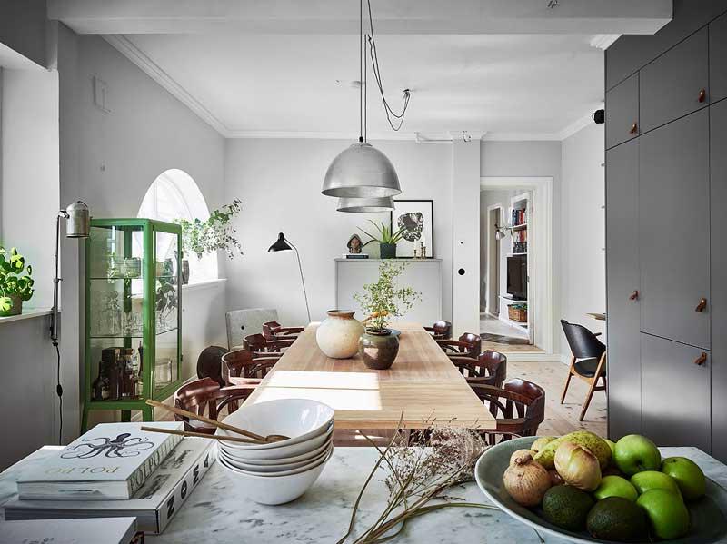 Scandinavische woonkeuken met grote eettafel