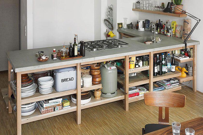 Duitse ontwerper Rainer Spehl heeft deze schiereiland keuken ontwerpen met een heel lang schiereiland, waar zowel het fornuis als extra werkruimte is gecreëerd.