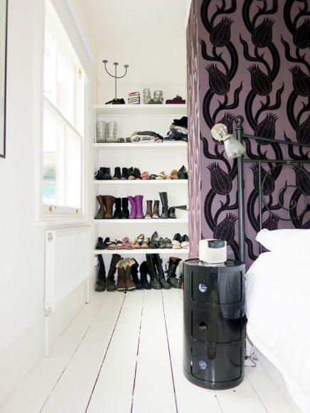 Schoenenkast achter bed