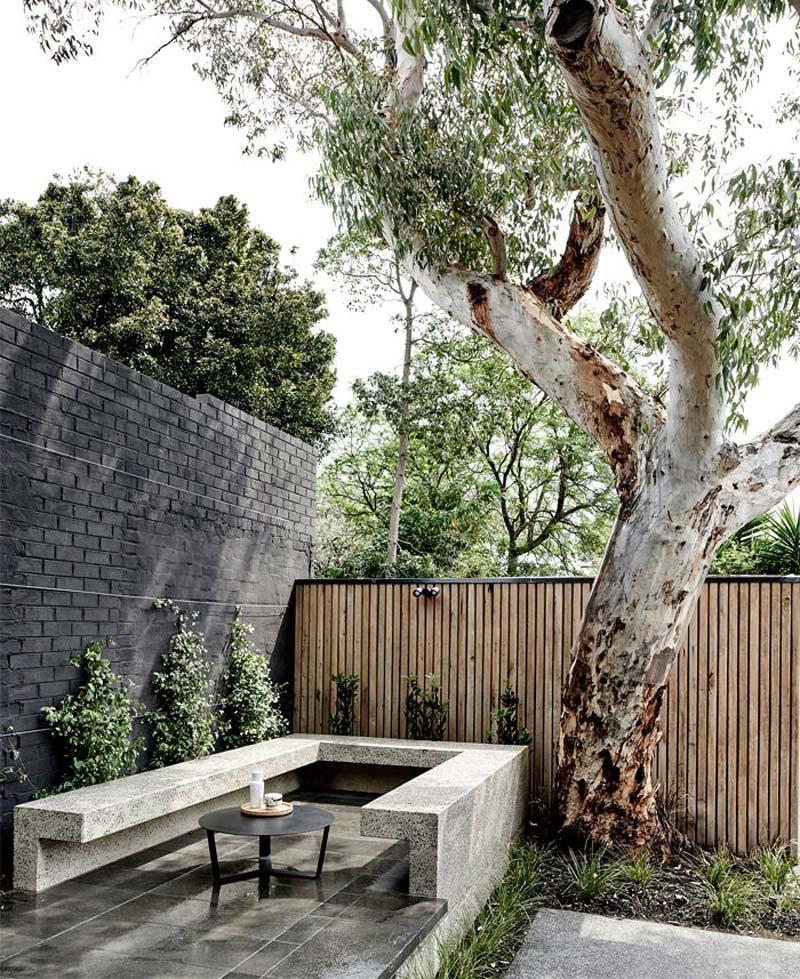 schutting ideeen stenen muur combineren met houten schuttingen