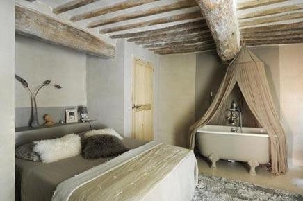 Serene slaapkamer met bad op pootjes inrichting for Slaapkamer landelijk modern