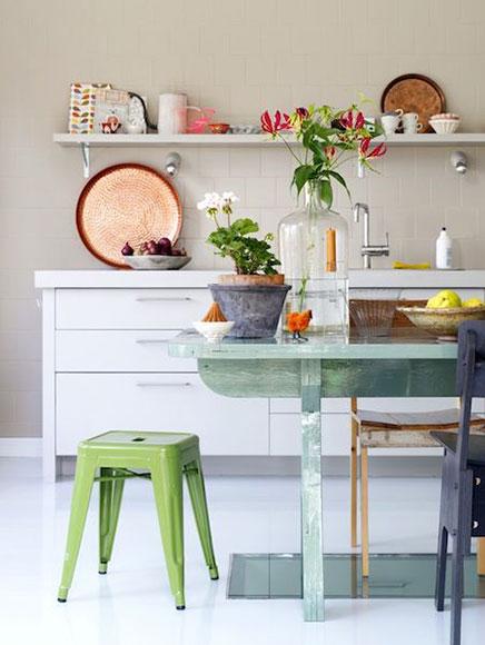 Vtwonen Keuken Inspiratie : Bij de keuken staat een super leuke houten eettafel die volledig groen
