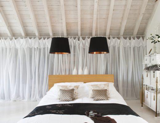 Sfeervolle ruimtelijke slaapkamer van Sue en Roger