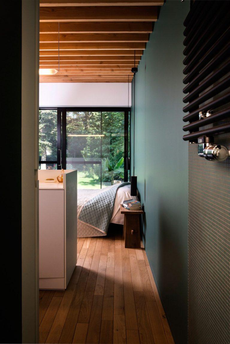 Binnenkijken in een lichte zonnige woning in leuven inrichting - Slaapkamer houten ...