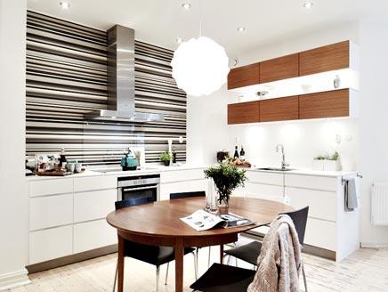 Simpele keuken met behang als achterwand