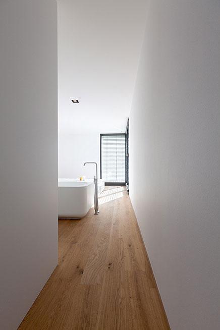 Slaapkamer badkamer combinatie in modern appartement