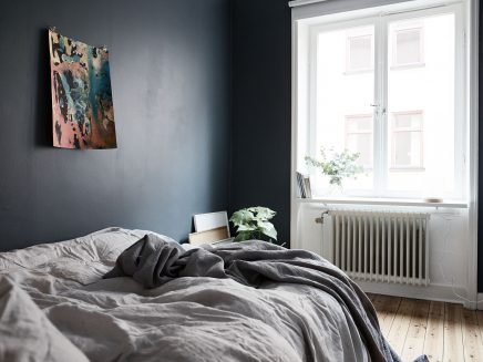 Slaapkamer met blauwe muren en underlayment inloopkast | Inrichting ...