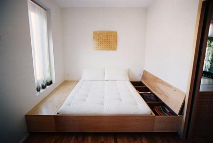 Slaapkamer compact met op maat gemaakte bed inrichting for Tiny apartment storage ideas
