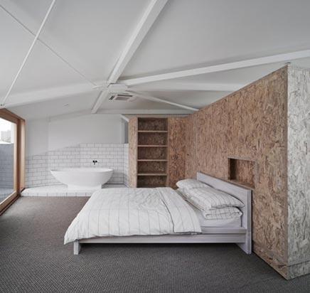 Slaapkamer met functionele houten wand