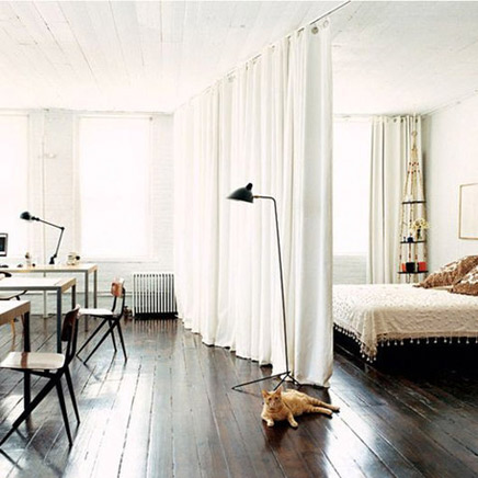 Schlafzimmer mit einem Vorhang geschaffen