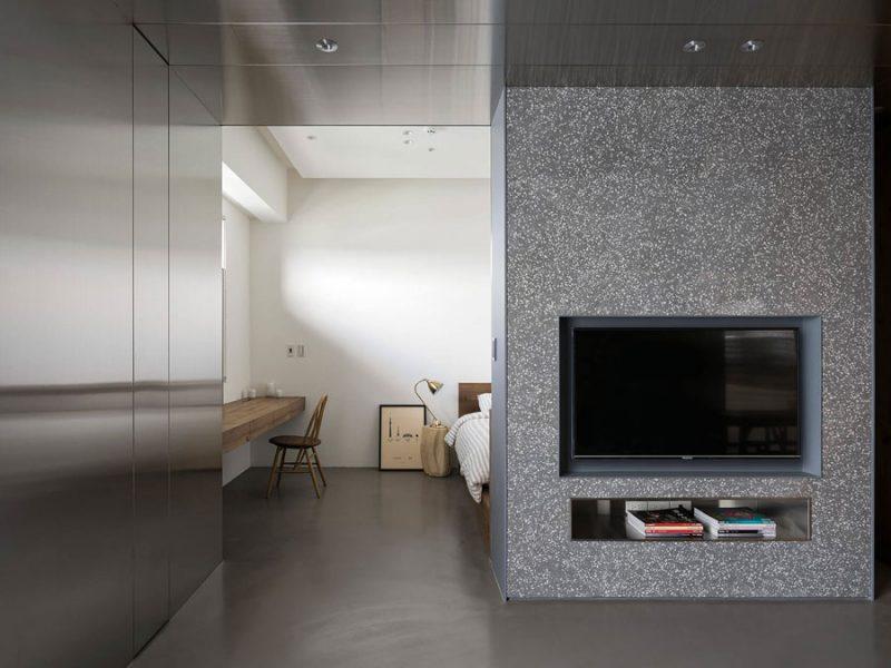 De gietvloer in dit appartement loopt van de woonkamer door tot in de slaapkamer.