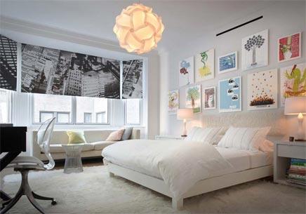 Slaapkamer met kunst aan de muur