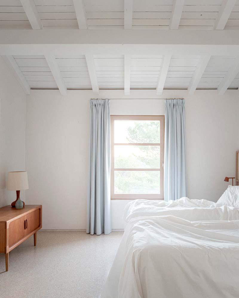 slaapkamer lichte kleuren houten balken