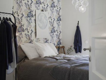 ... verschil met de slaapkamer waar alle muren zijn bekleed met behang