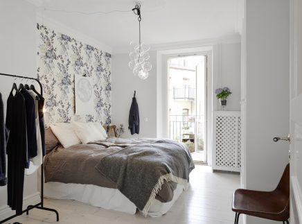 Slaapkamer met bloemen behang