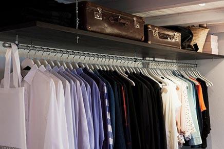 Slaapkamer met open kledingkast inrichting - Kledingkast ideeen ...