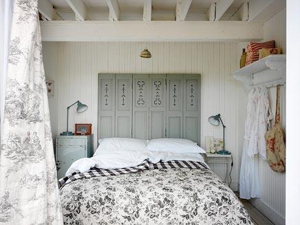 Slaapkamer van romantisch strandhuisje inrichting - Romantische witte bed ...