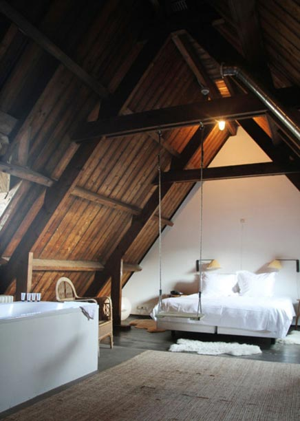 Slaapkamer met schommel en bad