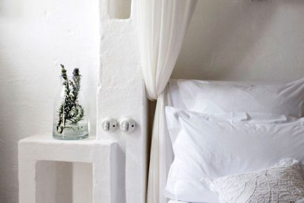 Slaapkamer wit gekalkte muren hotel