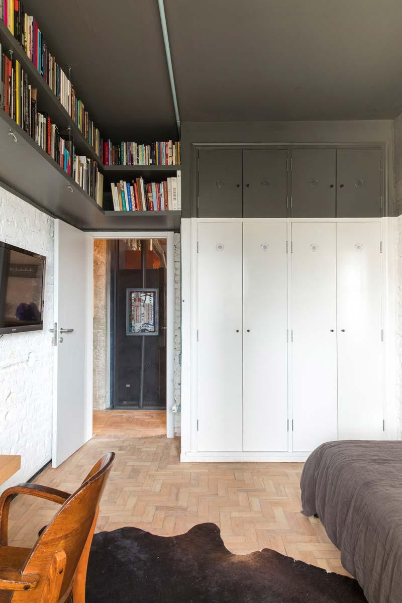 slaapkamer zwart plafond witte muren