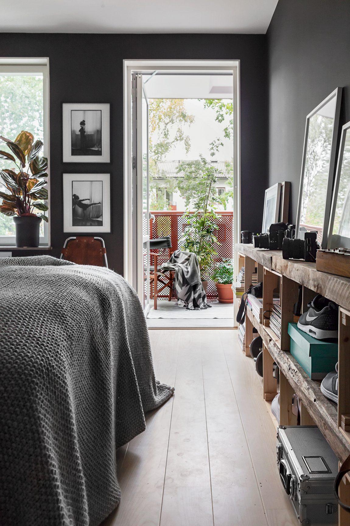 Slaapkamer met zwarte muren
