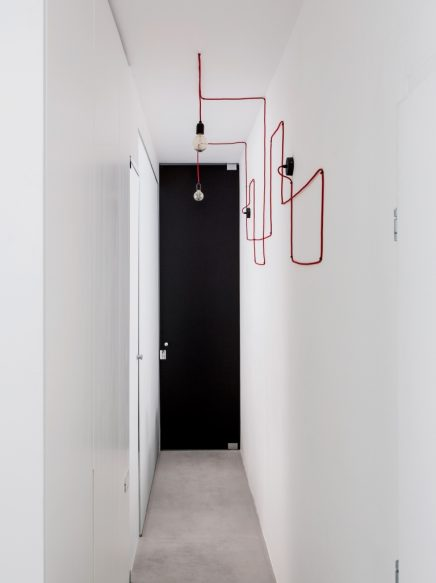 Smal lang appartement met een wit modern interieur