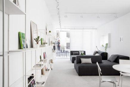 Witte Interieur Inrichting : Smal lang appartement met een wit modern interieur inrichting