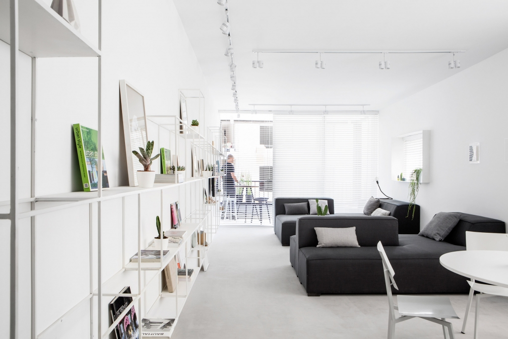 Modern Interieur Inrichten : Smal lang appartement met een wit modern interieur inrichting