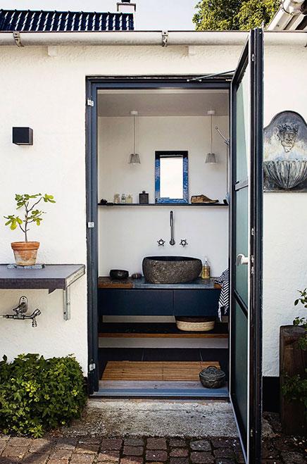 Smalle badkamer met natuurlijke sfeer inrichting - Sfeer zen badkamer ...