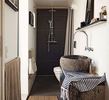 Smalle badkamer met natuurlijke sfeer