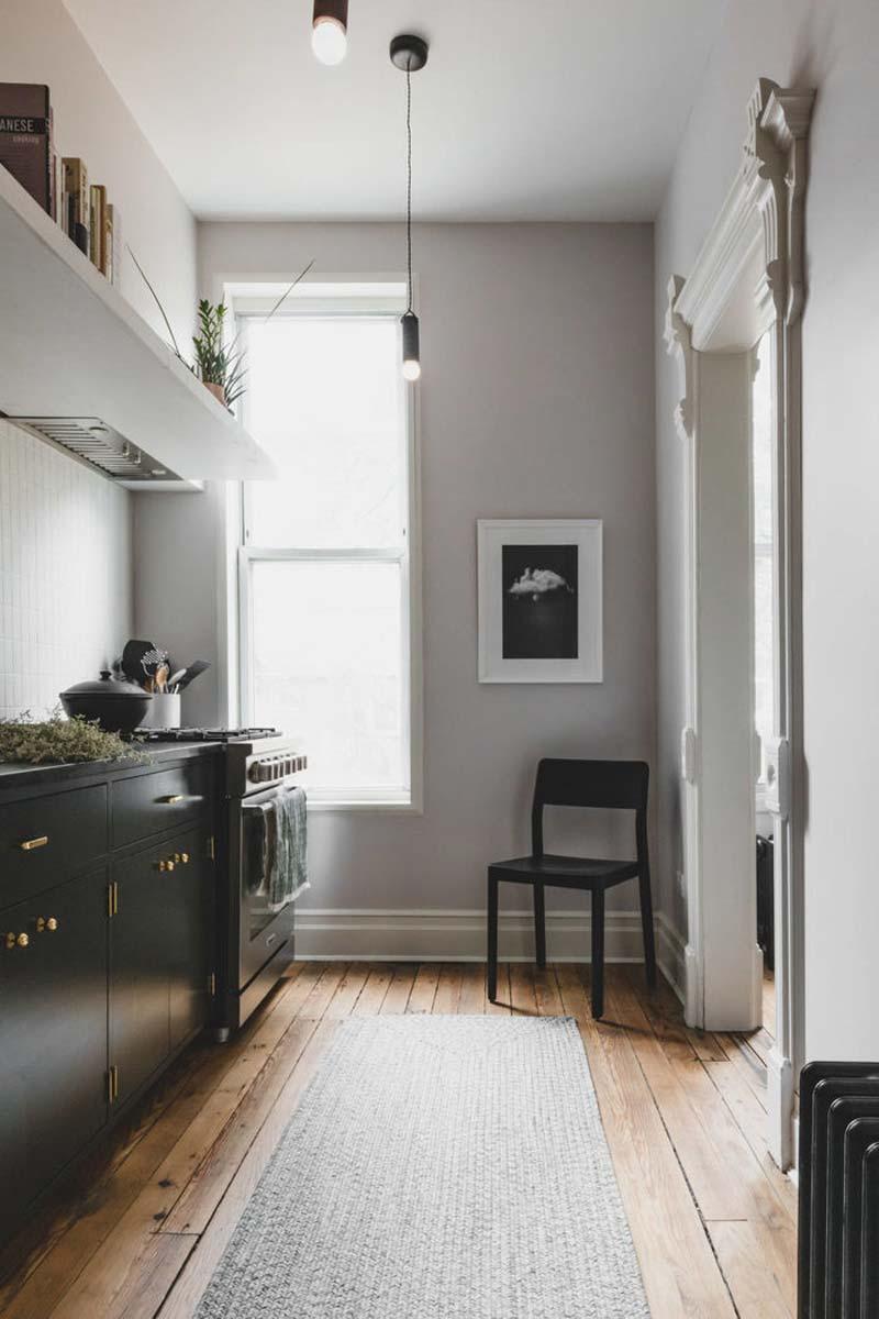 smalle keuken grijze muren