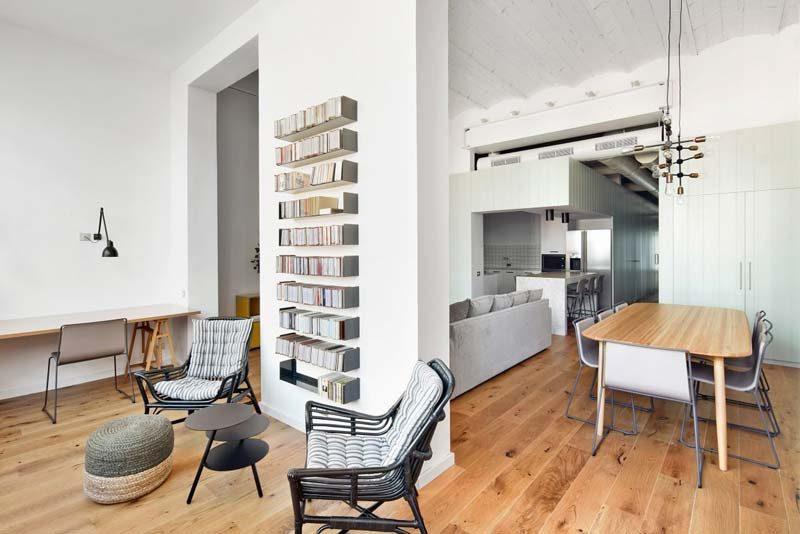 smalle muur boekenplanken boven elkaar