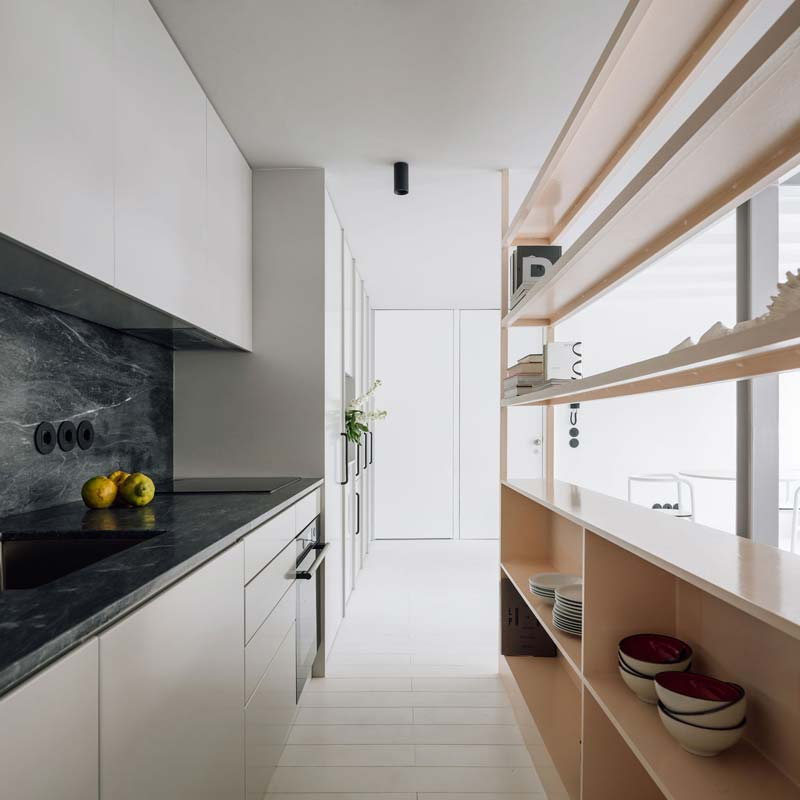 Smalle open keuken klein appartement