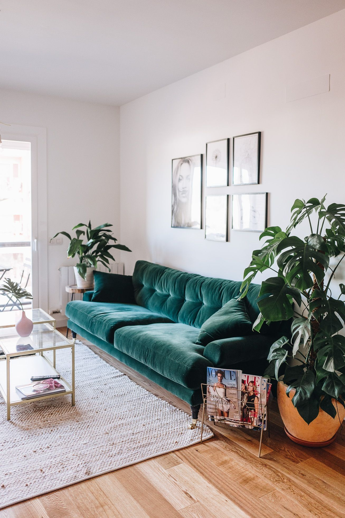smaragdgroene bank vintage woonkamer