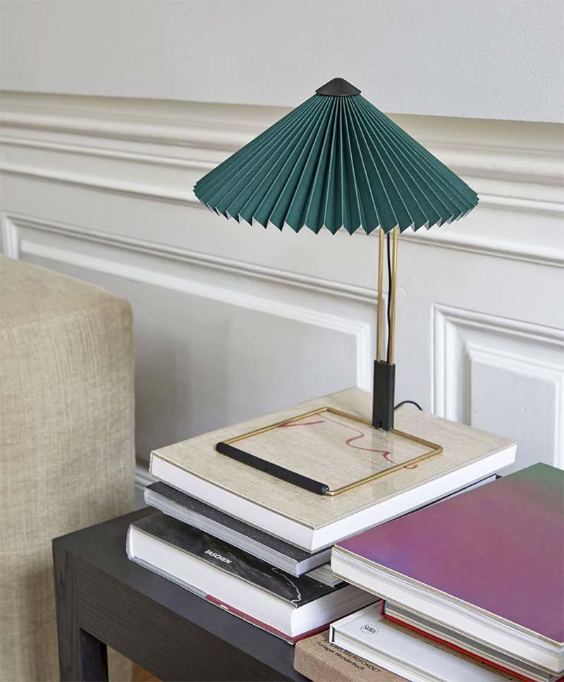 smaragdgroene tafellamp op dressoir