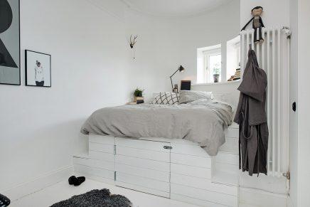 Speelse slaapkamer met een op maat gemaakt bed