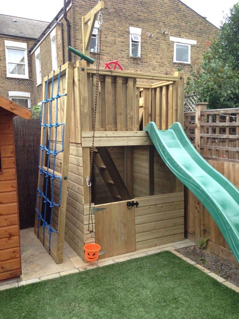 Dit leuke speeltoestel in deze kleine tuin bevat een toren, een klimwand, een speelhuis, een glijbaan, en een schip!