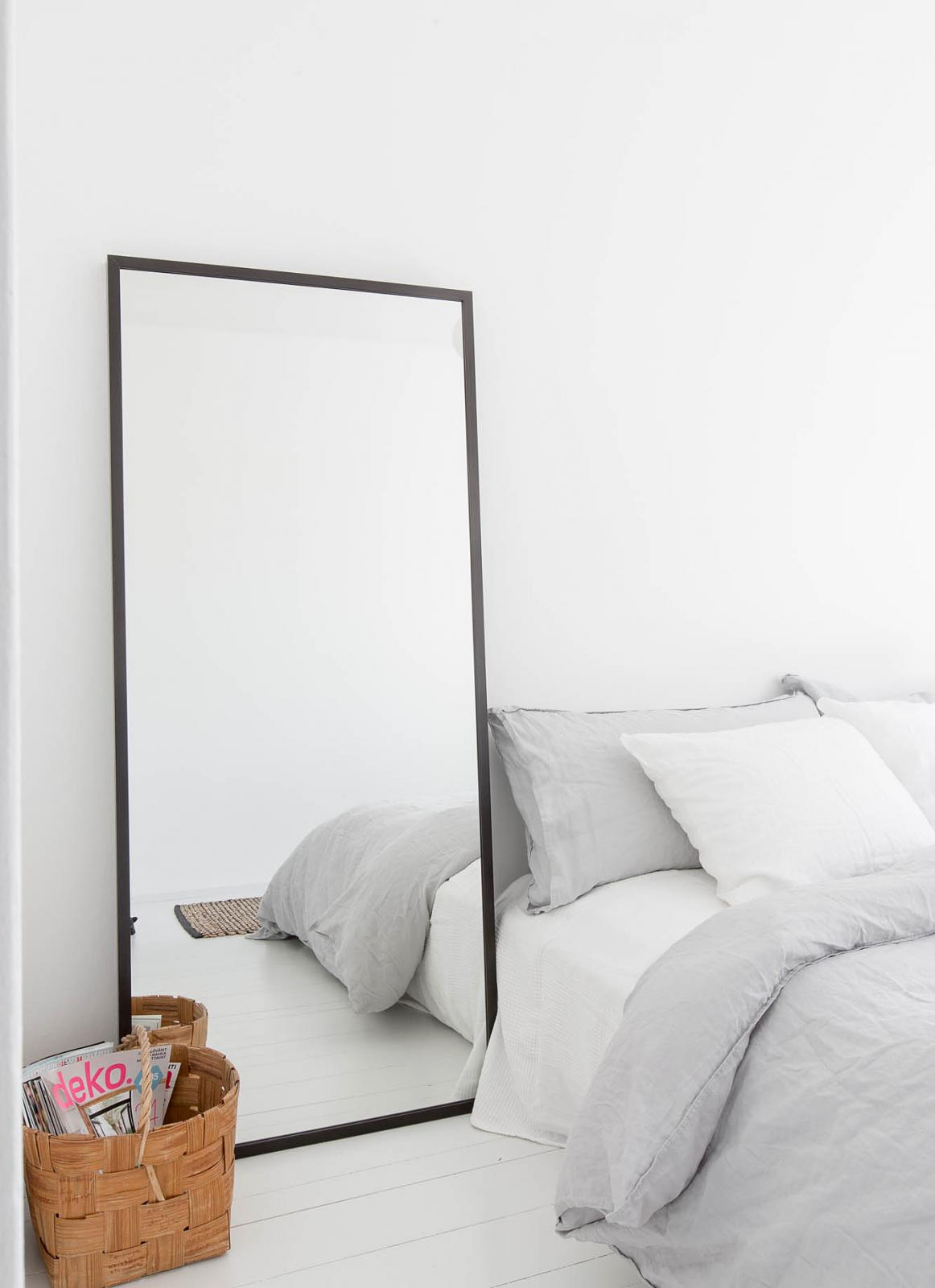 Spiegel naast bed