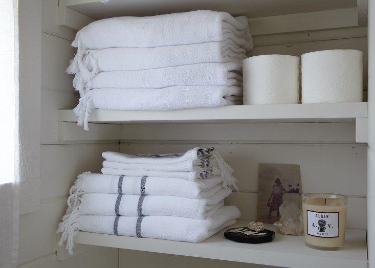 stapels-handdoeken-planken-badkamer