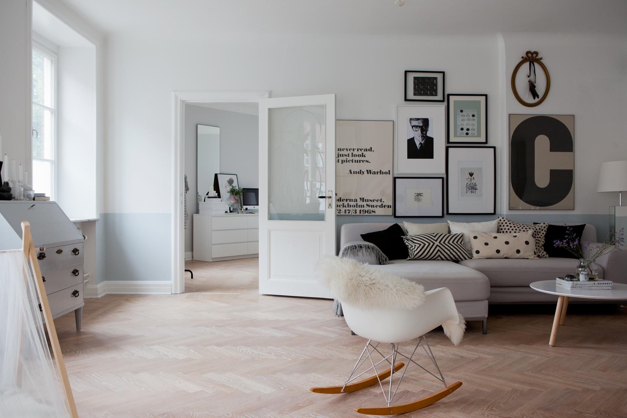 Stijlvolle woonkamer in voormalig winkelpand inrichting - Deco woonkamer aan de muur wit ...