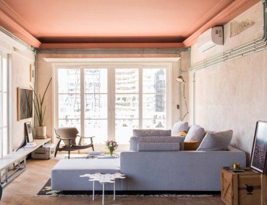 Stoer appartement met een eclectisch interieur - grote hoekbank in woonkamer