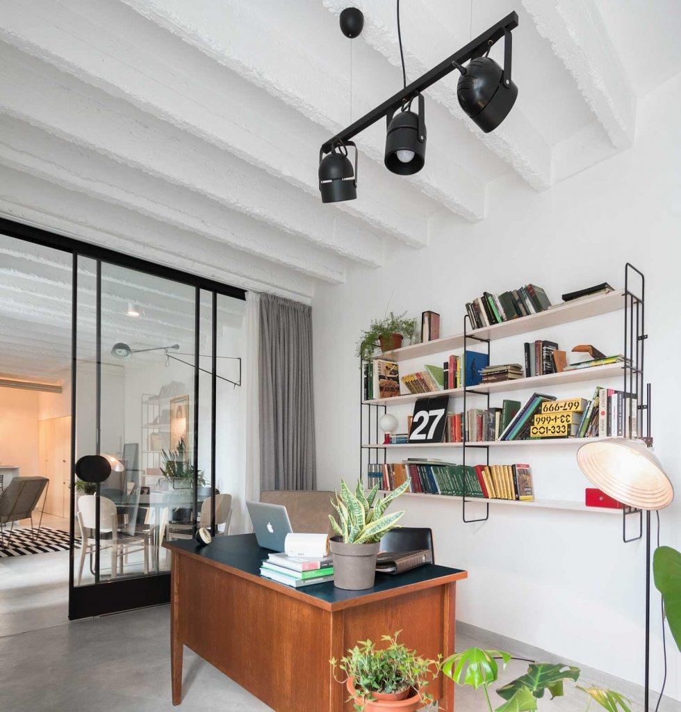stoere aparte werkplek aan woonkamer hanglamp en vloerlamp