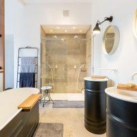 Stoere badkamer en suite van het Starck House