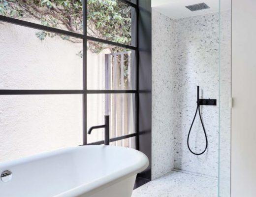 Deze stoere badkamer heeft heel veel opbergruimte